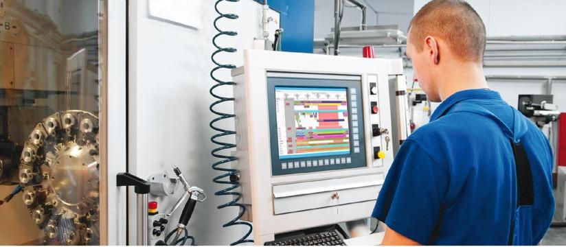 operario usando preactor para la planificación de la producción